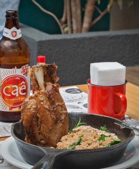 http://caerestaurantebar.com.br/wp-content/uploads/2020/11/Home-Page-substituir-pela-foto-das-cervejas-455x555.jpg
